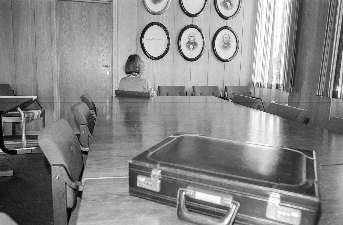Få kvinner i ledende stillinger i Ski. Arrangert bilde av et styrerom i Ski rådhus.
