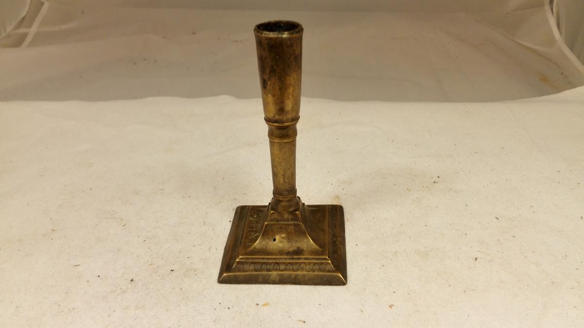 Form: Av form frå det 18. århundre. Kjøpt i Indre Sogn 1898 - 1905. Wallem, Fredrik B.: Lys og lysstel i norske kirker og hjem