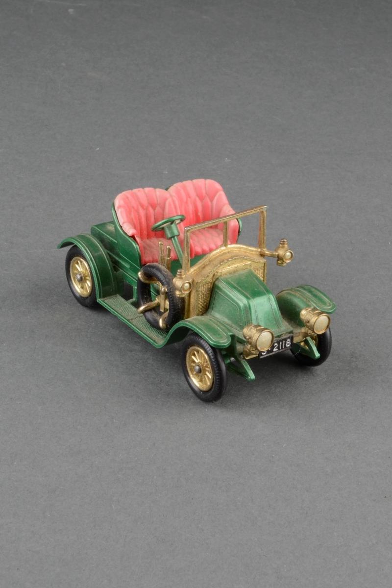 Modell av vetarnbil 1911 Renault. Kabriolet med to seter. Lave hjul og reservehjul på siden. Ratt på høyre side. I originaleske.