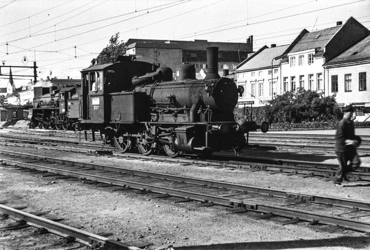 Damplokomotiv type 25b nr. 337 i skiftetjeneste på Hamar stasjon.