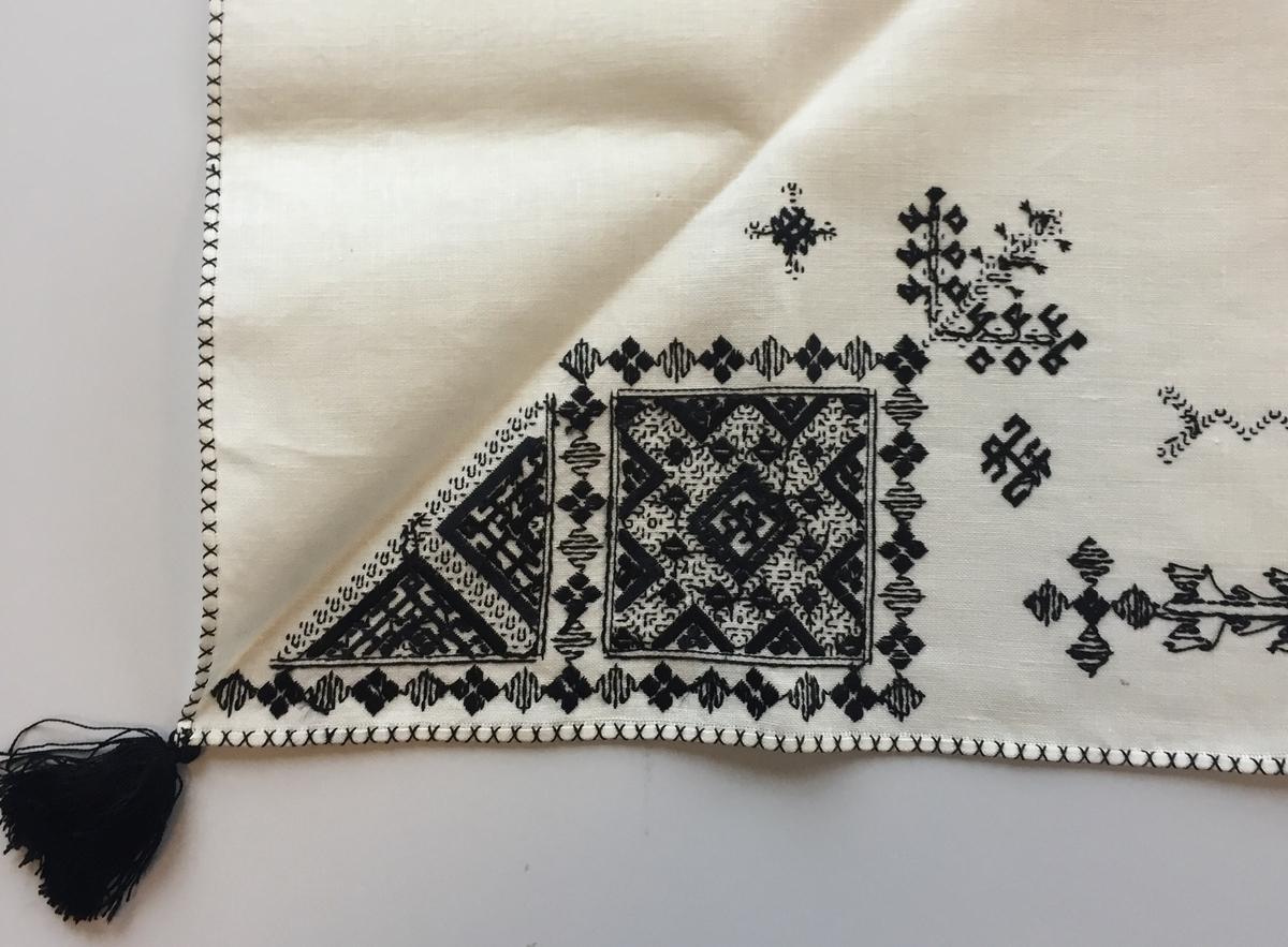 Geometriskt mönster i huvudsak i rätlinjig plattsöm  i kvadrater i hörnen. Två bårder mellan kvadraterna på ryggsnibb och framsnibbar.  På ryggsnibben tre kvadrater och en  majstångsspira samt märkning med årtal och initialer.  På varje framsnibb en kvadrat och en trekant. Sex ornament