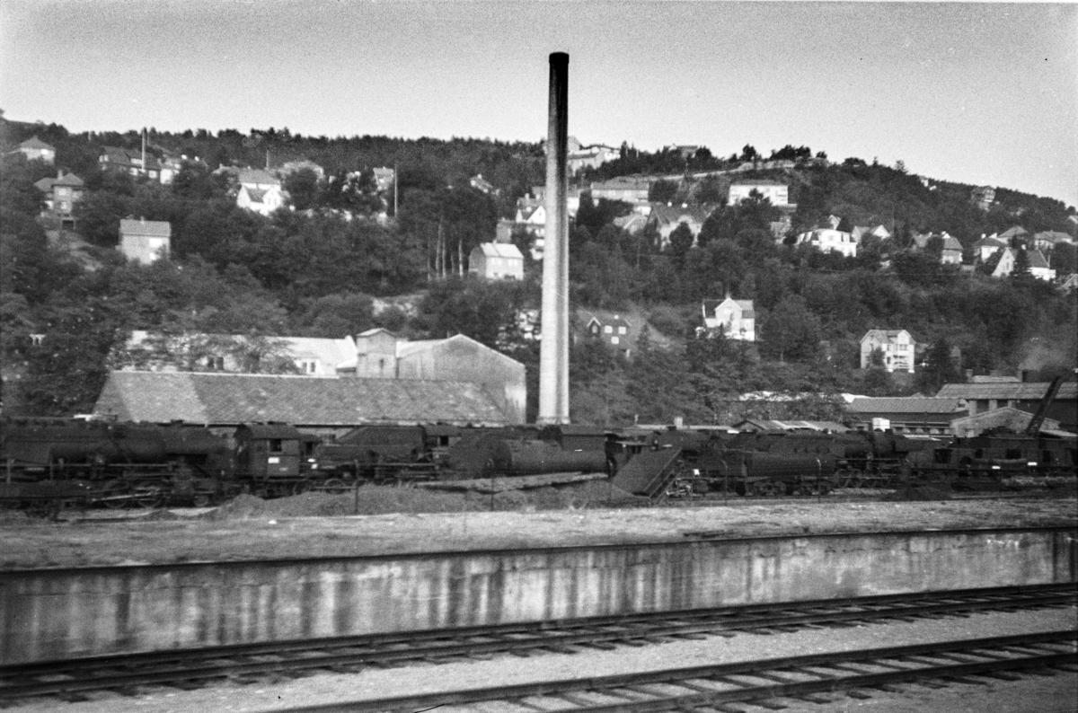 Hensatte damplokomotiver type 63a samt en tender fra type 49 på Marienborg.