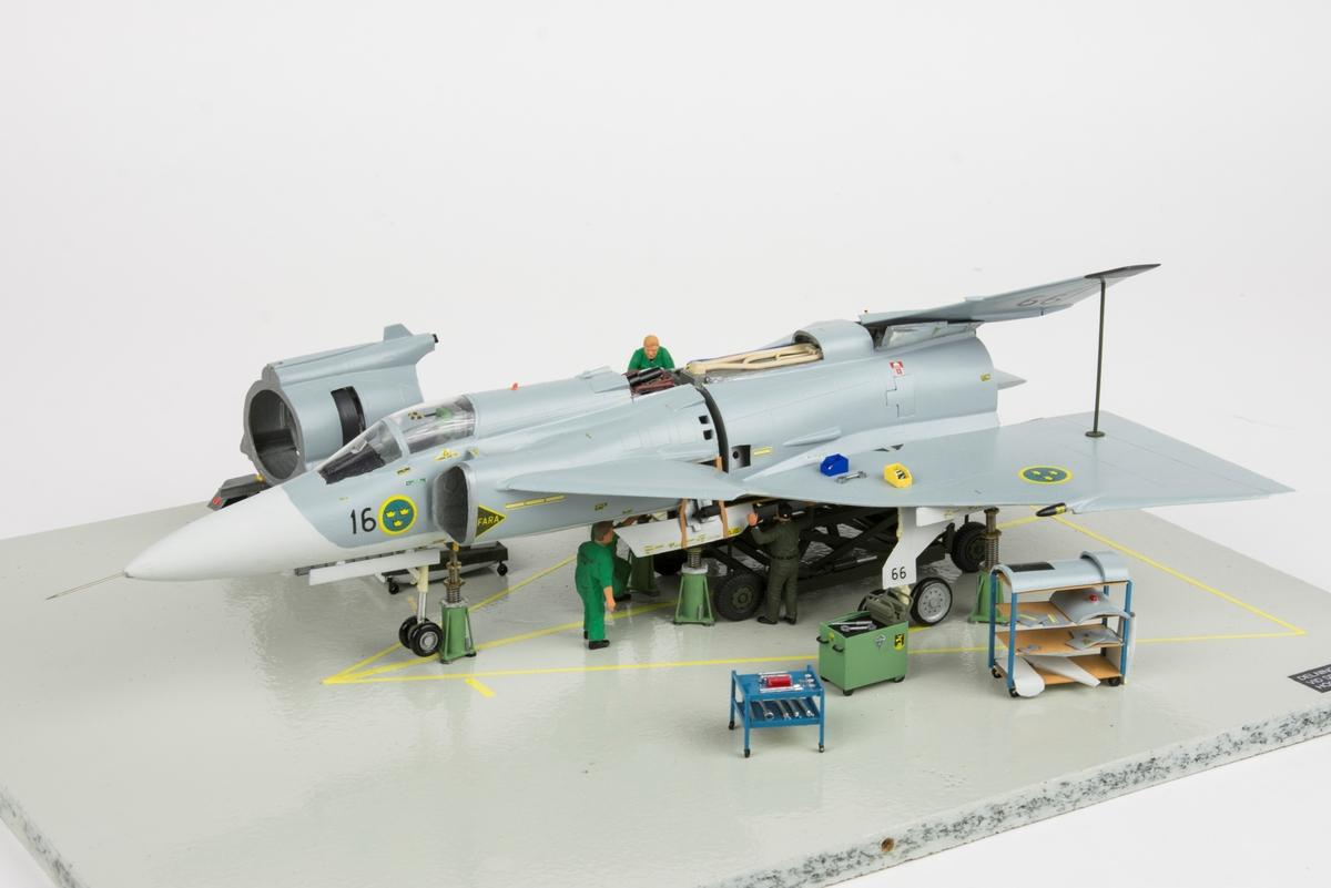 Modellsceneri: Delning av flygplanskropp med reparation av spricka i plkåt i bakre apparatrummet. JA 37. Skala 1:48.
