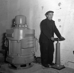 Daniel Jensen åpner ventilen i pumpehuset til tørrdokken på