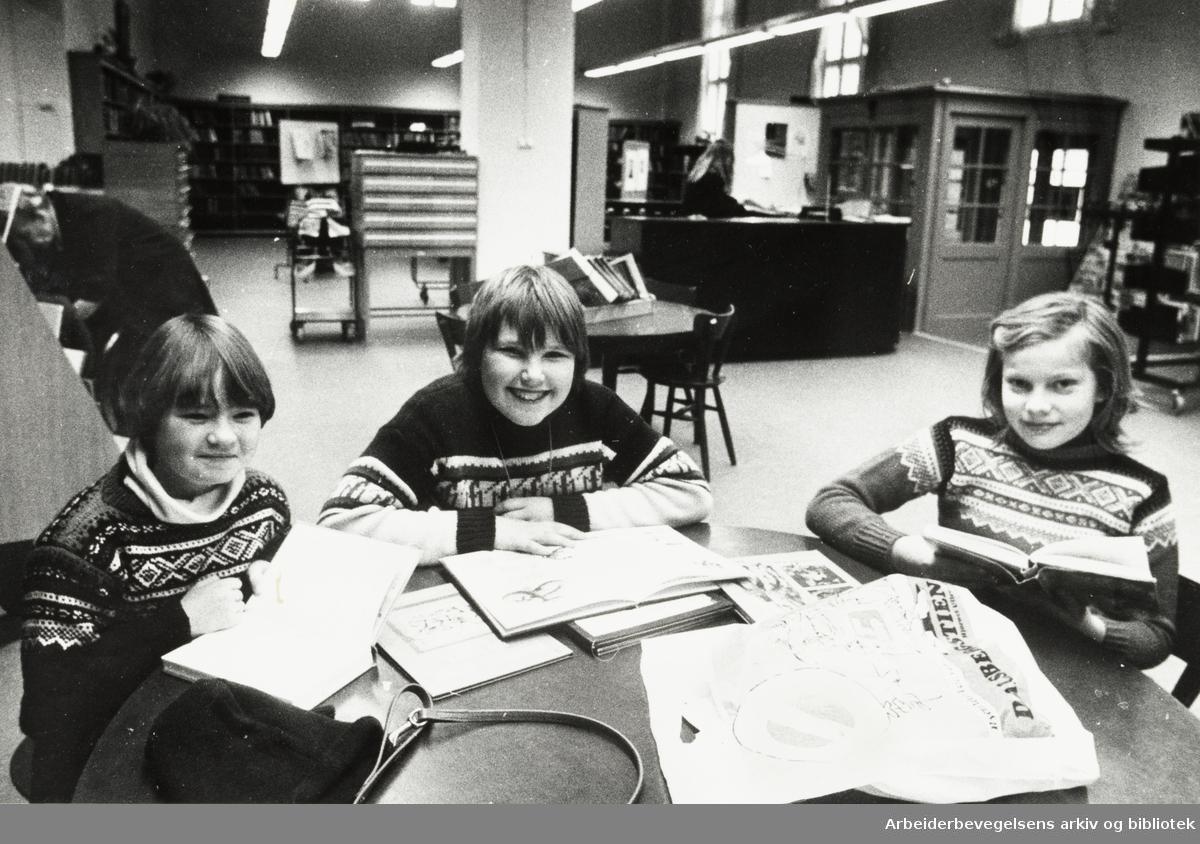 Deichmanske Bibliotek. Grønland filial. Fra v.: Heidi Kirkesjølung, Frank Jensen og Ingun Lie. Februar 1979