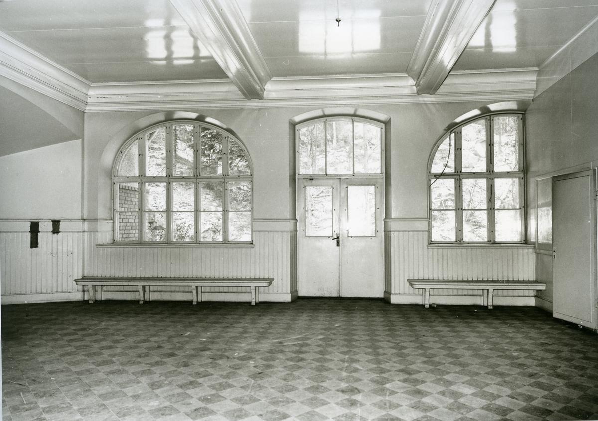 Karbennings sn. Snytens järnvägsstation, interiör med fönster, dörr, bänkar, rutigt golv, 1971.