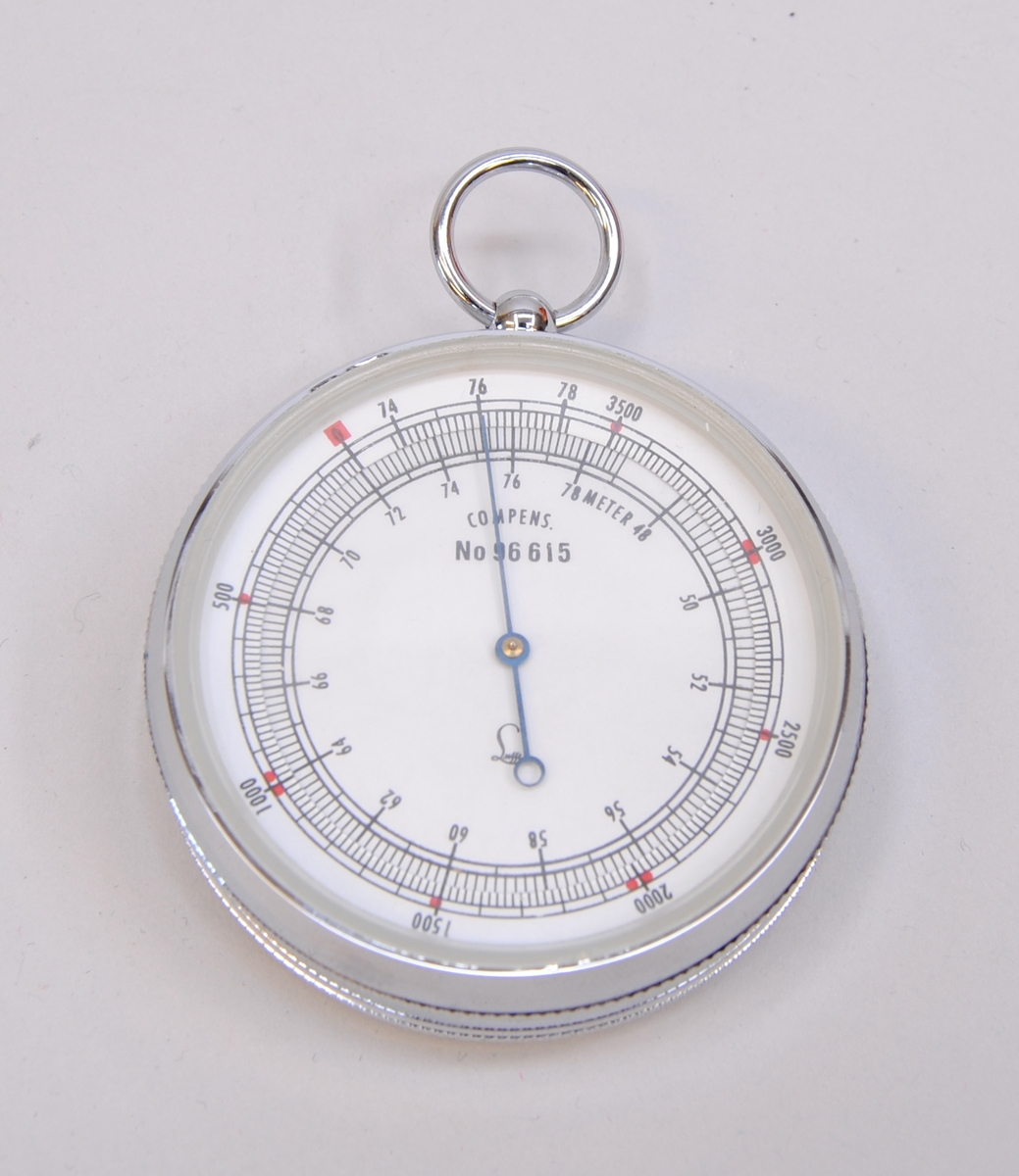 Höjdmätare i svart etui av läder eller konstläder. Etuiet har ett testcertifikat på insidan. Höjdmätaren har en metallring i toppen som sticker ut i en skåra i fodralet när den ligger i fodralet. Höjdmätaren har en plats i fodralet, Jvm23131-2 bredvid en termometer, Jvm23131-3.