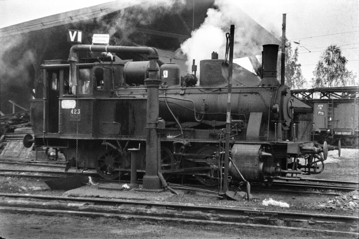 Damplokomotiv type 25b nr. 339 ved vannstenderen på Hønefoss stasjon.