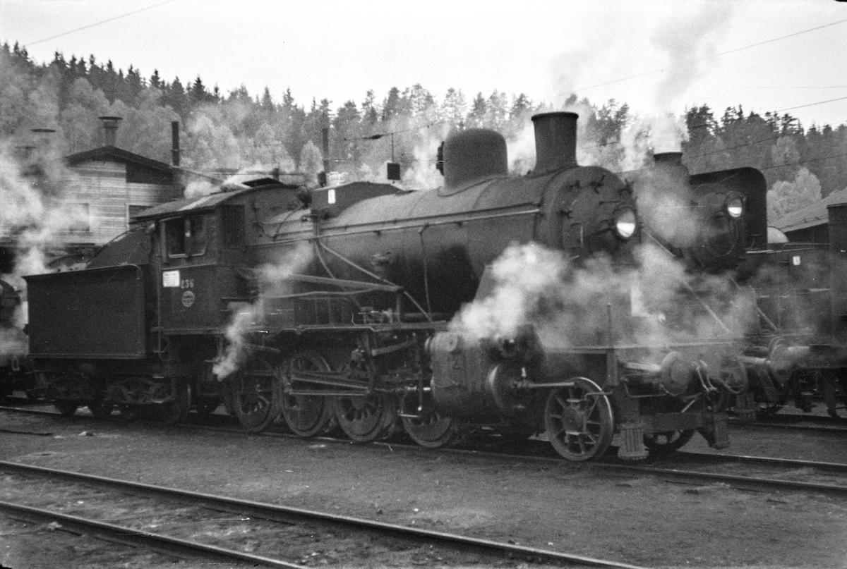 Damplokomotiv type 24b nr. 236 ved lokomotivstallen på Hønefoss stasjon.