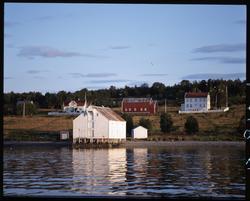 Brygge og gårdsbygninger på Kjøtta.