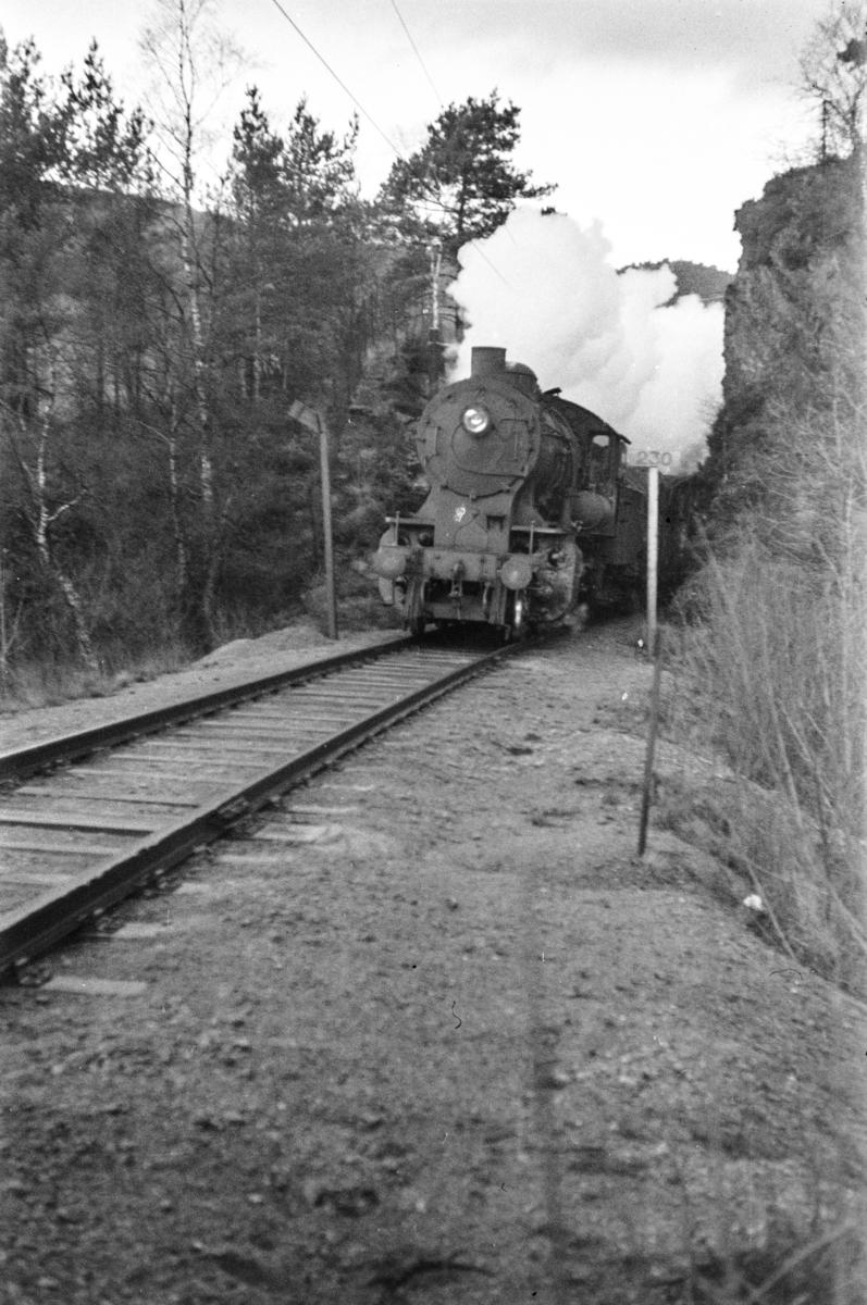 """Damplokomotiv type 33a nr. 300 med godstog ved """"Dødehavet"""" mellom Fjøsanger og Hop."""