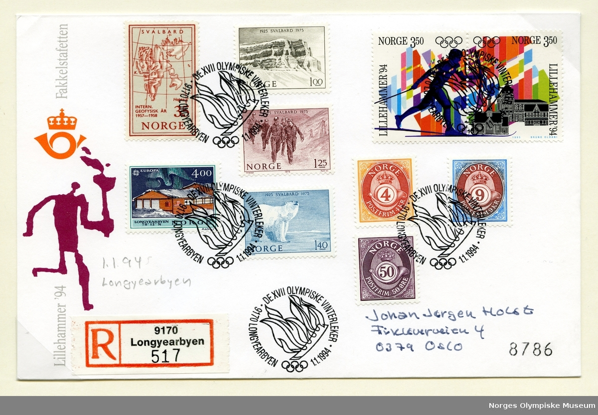 Konvolutt med 10 frimerker. Et frimerke viser et kart over Svalbard, et viser Longyearbyens postkontor, tre frimerker knyttet til Svalbard 50-år under Norge - ett viser en isbjørn, et fra gruvesamfunnet og et av fjellet Templet.  Ytterst til høyre to frimerker som viser en skiløper med fakkel foran flagg og bygninger på Lillehammer (Garmo kirke på Maihaugen, Kulturhuset Banken og et typisk hus i Storgata på Lillehammer), samt tre posthorn-frimerker. Stemplene har tekst rundt kanten og ild i midten. Til venstre på konvolutten et trykk av en fakkelløper, dvs piktogrammet for fakkelstafetten.