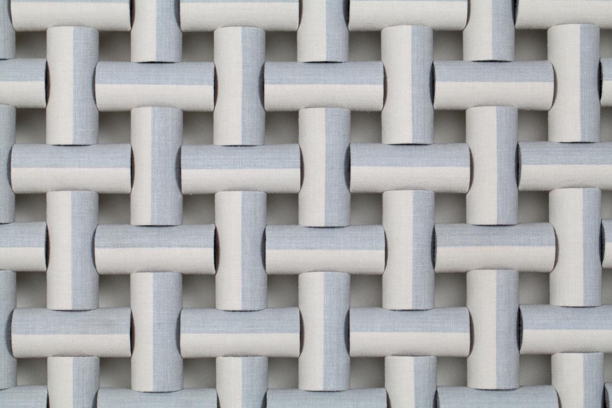 Veggdekorasjon formet som et slags nett eller flettverk i tekstil.