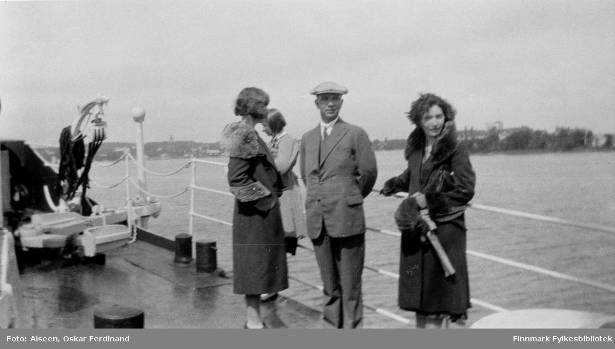 Vardø-folk i reise i Finland. Det ser ut at lærerne Aslaug Alseen, Jørgen Skodje og Laura Lorentsen er på båttur et sted i Sør-Finland, kanskje i Helsingfors.