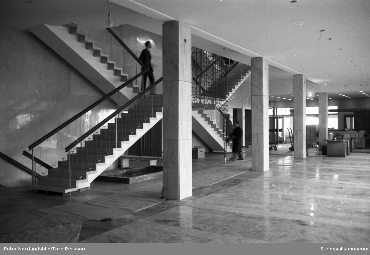 Inflyttningsdags i SCA:s nybyggda huvudkontor på Norrmalm. Flytten går från det gamla kontoret vid Köpmangatan 10.