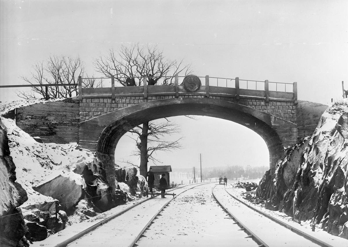 Vägbro över banan vid Brännkyrka (Liseberg). Bron byggd 1909, riven sedan ny bro byggts 1938.