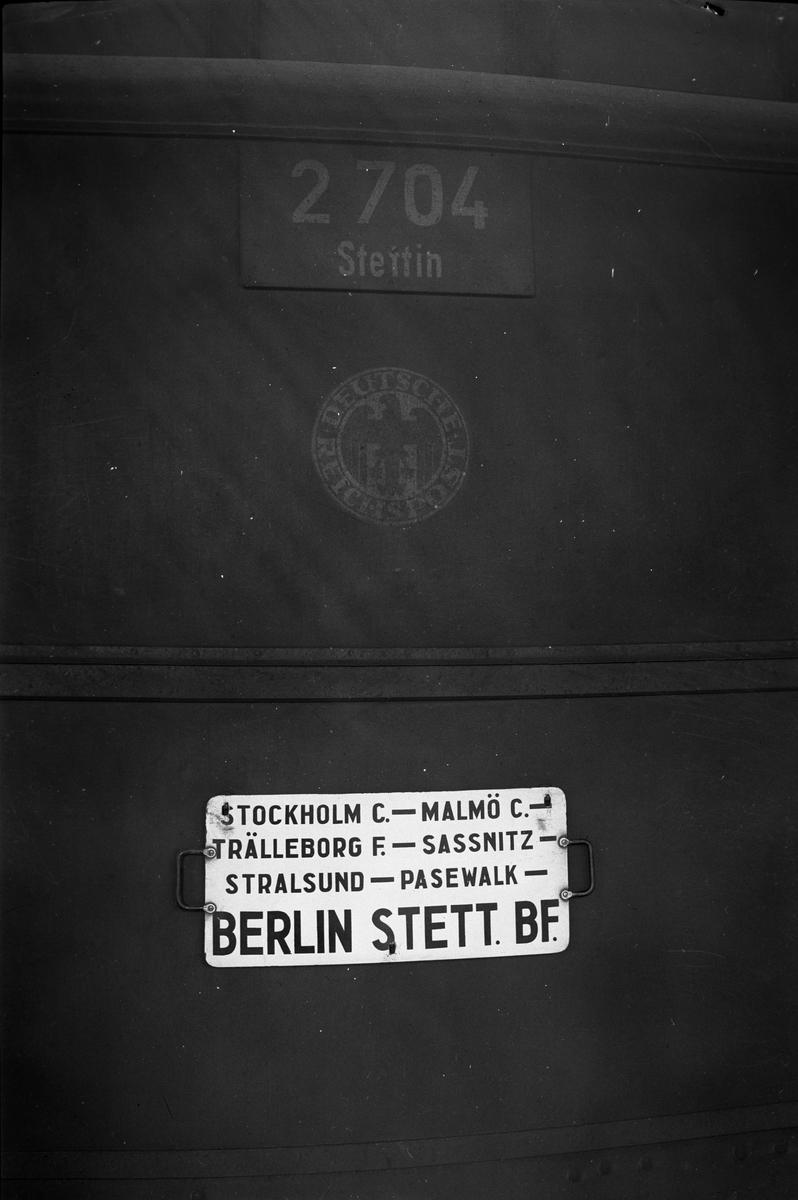 Tysk postvagn, en av tre, som användes i kontinenttrafiken, Post4ü 2704-2706. Förebild till namnskyltar för modellvagnar; Jvm