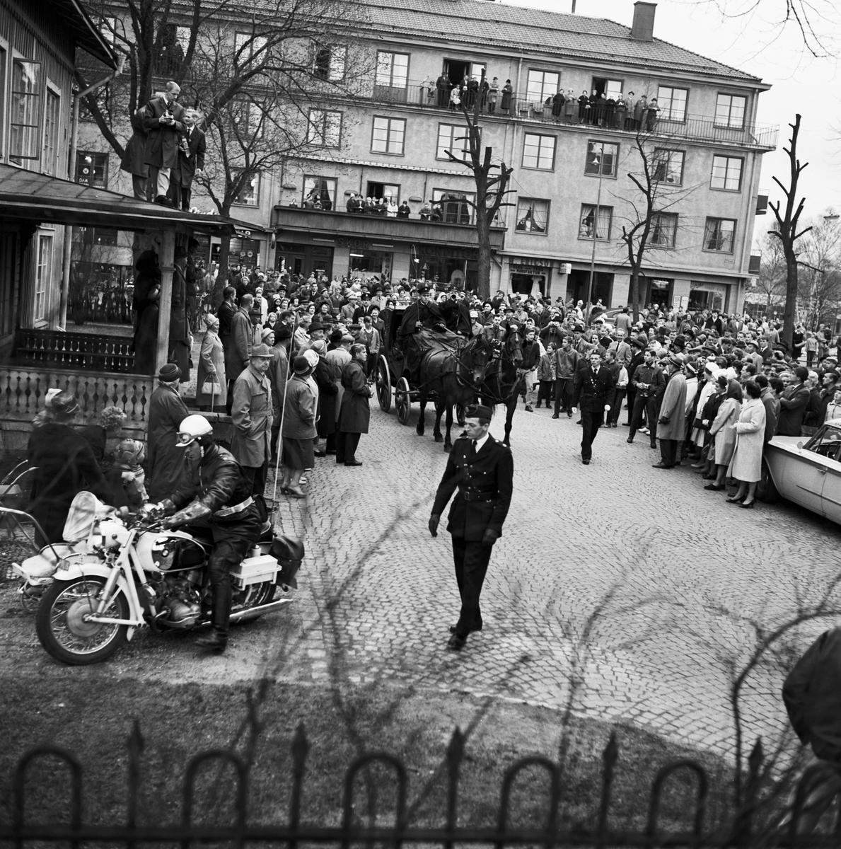 Historiska tågets resa från Stockholm till Göteborg för invigningen av Tåg 62. Hästdroska. Poliser