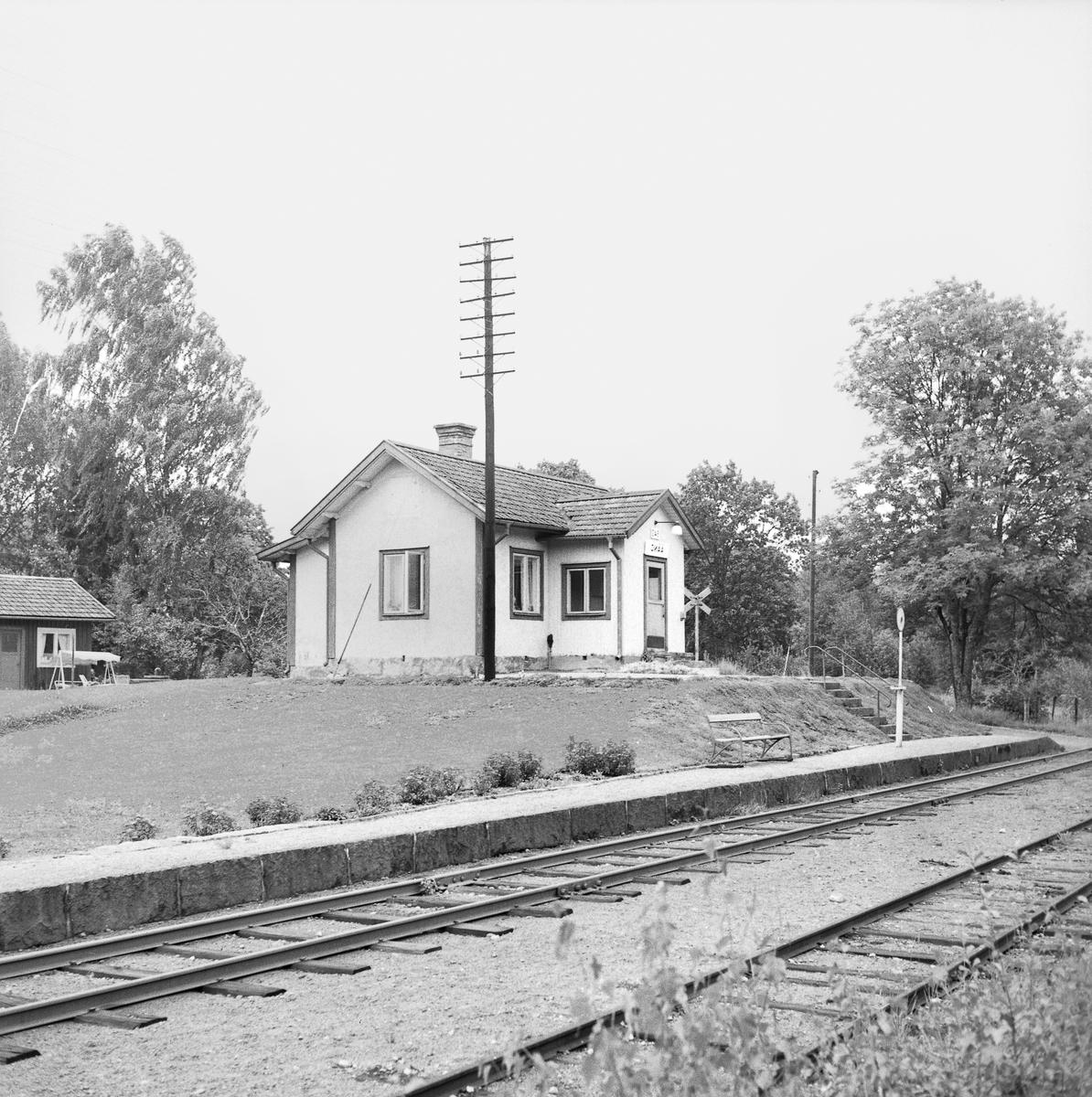 Kombinerad hållplats- och banvaktstuga vid Åäng.