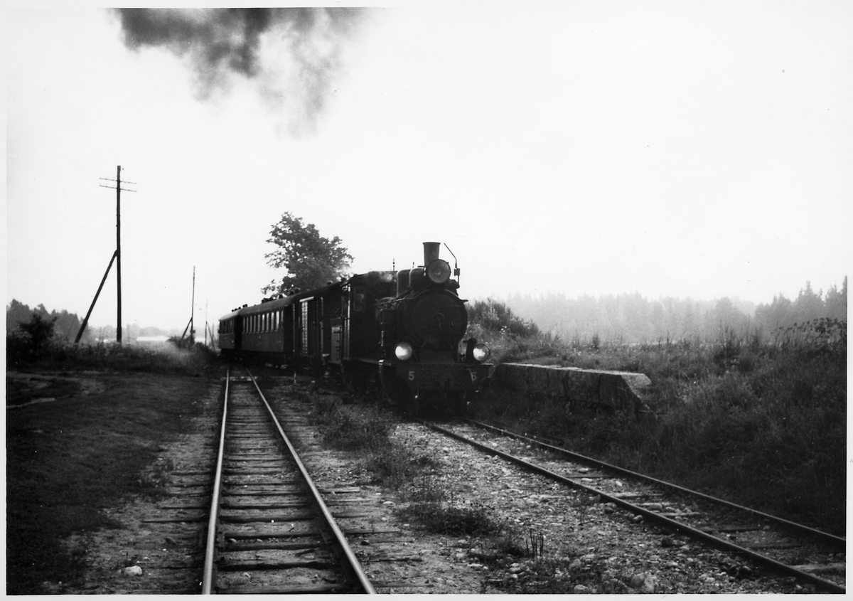 """Byvalla-Långshyttan Järnväg, BLJ lok 5 """"Thor"""" med tåg vid Bärby station."""