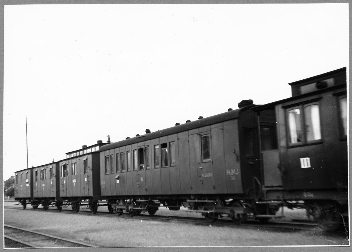 Vetlanda-Sävsjö järnväg, HvSJ personvagnar och Vetlanda-Målilla järnväg, HvMJ resgodsvagn.