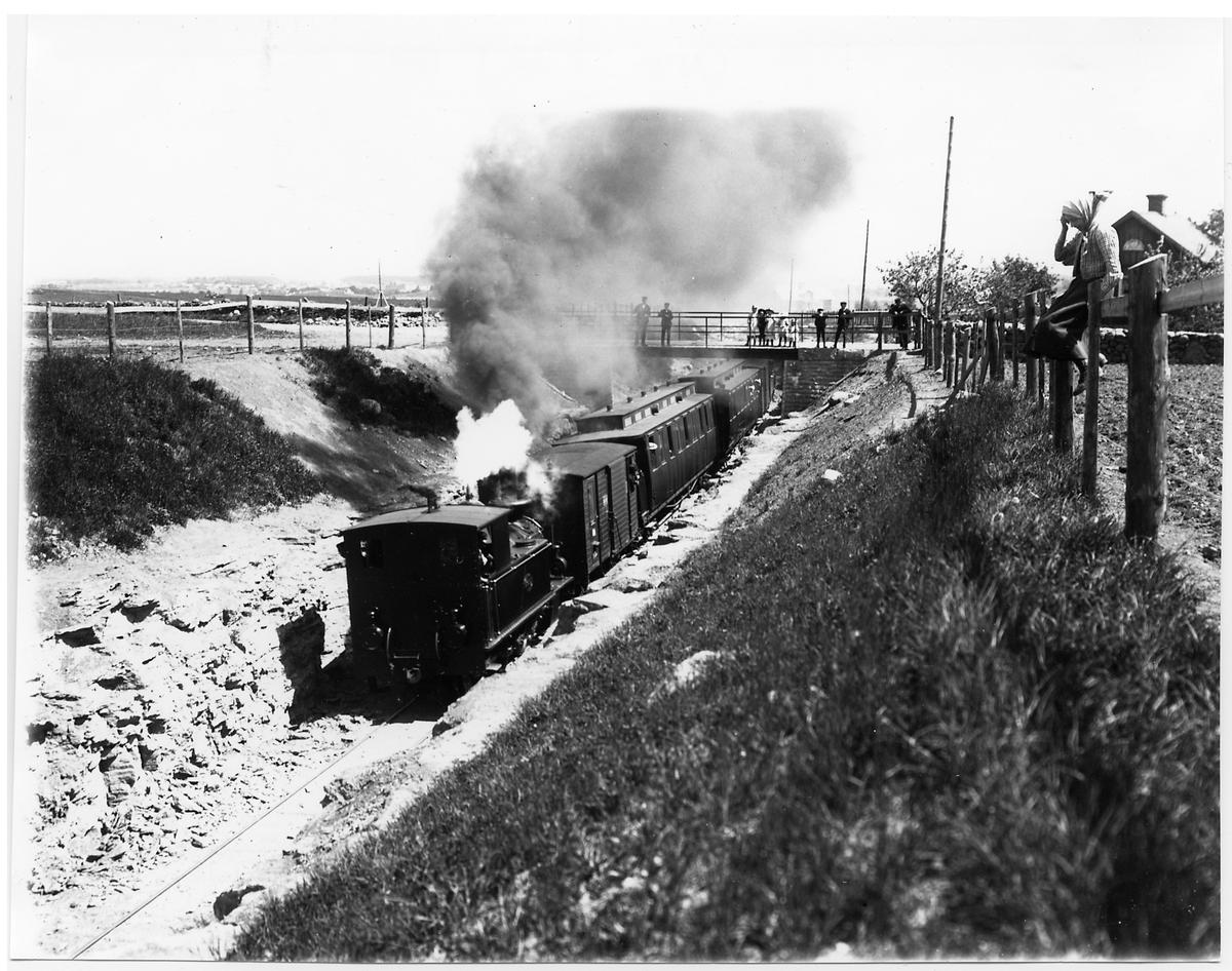 Skövde - Axvalls Järnväg, SAJ lok 2 vid viadukten i Våmb.