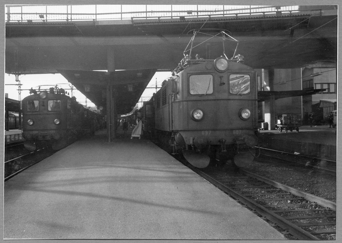 """Statens Järnvägar, SJ F 696 med expresståget """"Smålänningen"""" samt SJ F 697 med expresståget """"Göteborgaren"""" inne på Stockholm Central."""