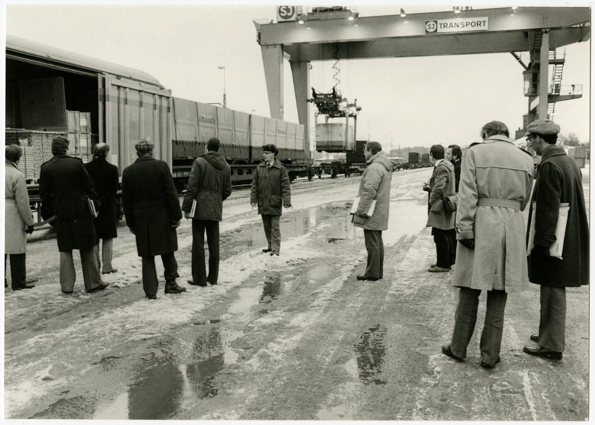 SMS på Skansenterminalen. Gösta Hårdstedt demonstrerar godsvagn Hbis för en grupp deltagare