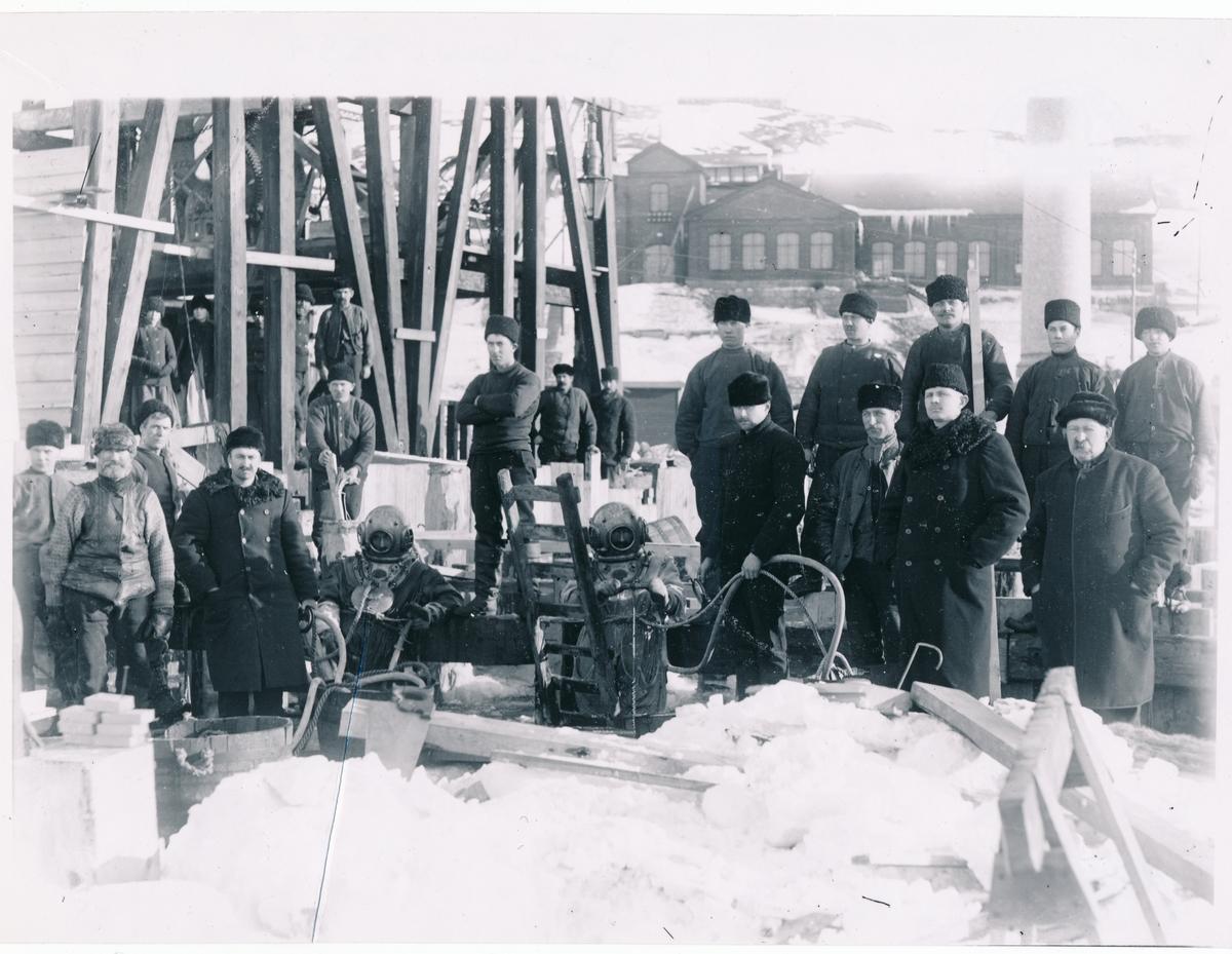 Malmviadukterna byggs om på Svartån invid Luleå station. Vintern 1906-1907. Dykararbete.