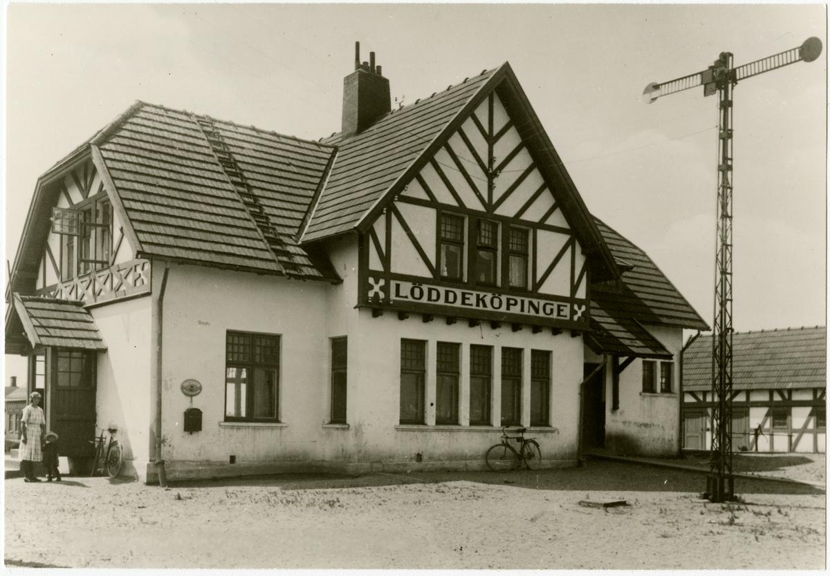 Stationen byggd 1907 av KjBJ .Trafikplats anlagd 1907. En- och enhalvvånings putsat stationshus. Mekanisk växelförregling, kontrollås . KjBJ ,Kävlinge - Barsebäcks Järnväg