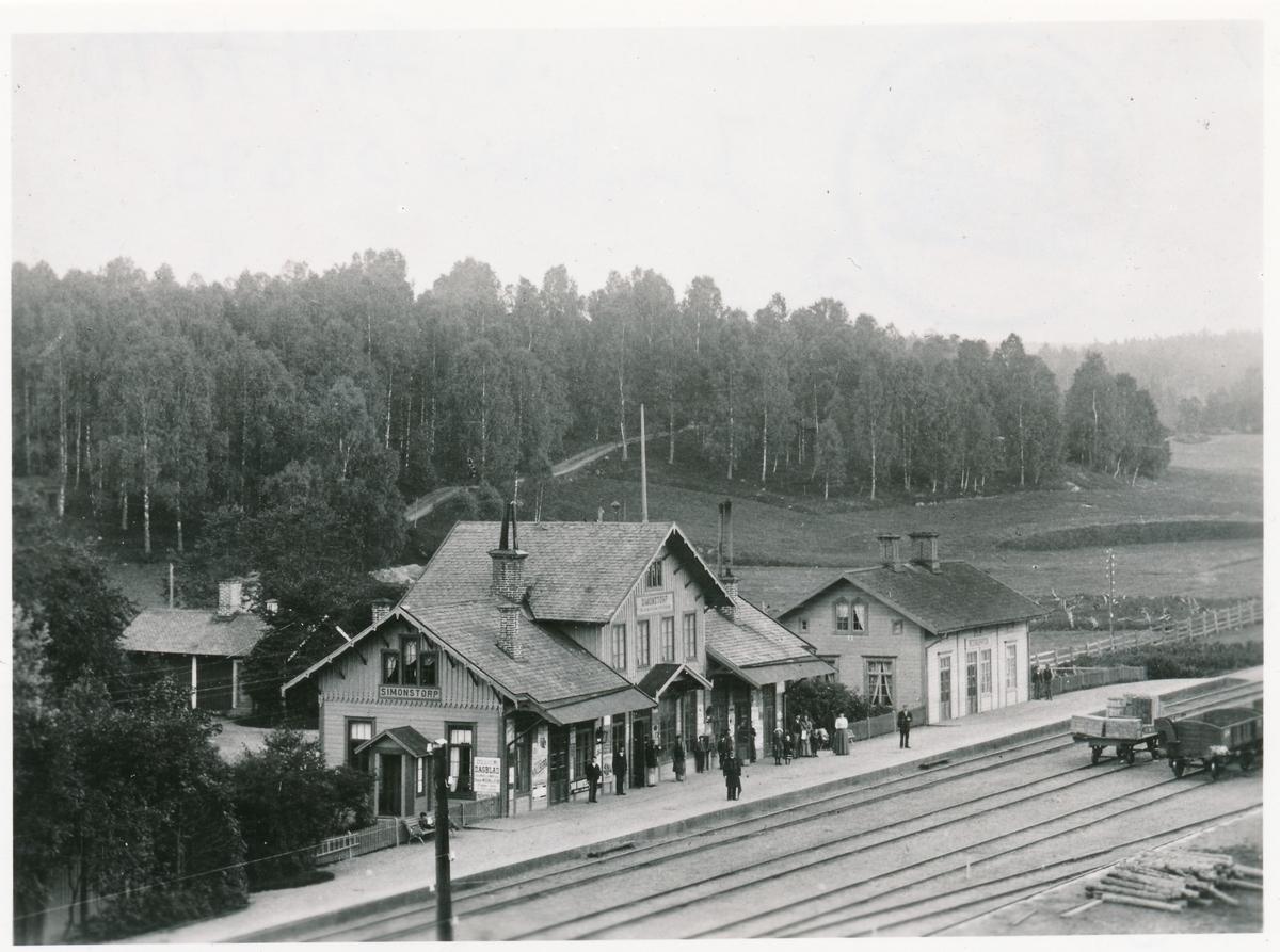 Station öppnad 1866. Tvåvånings stationshus av trä byggt efter Habomodellen. Första stationsföreståndare var P.A. Petersson som var aktiv under tiden 1866-1869. Stationen fick 1932 eldriften. Persontrafiken tog slut 1973. Stationen nedlagd 1990.