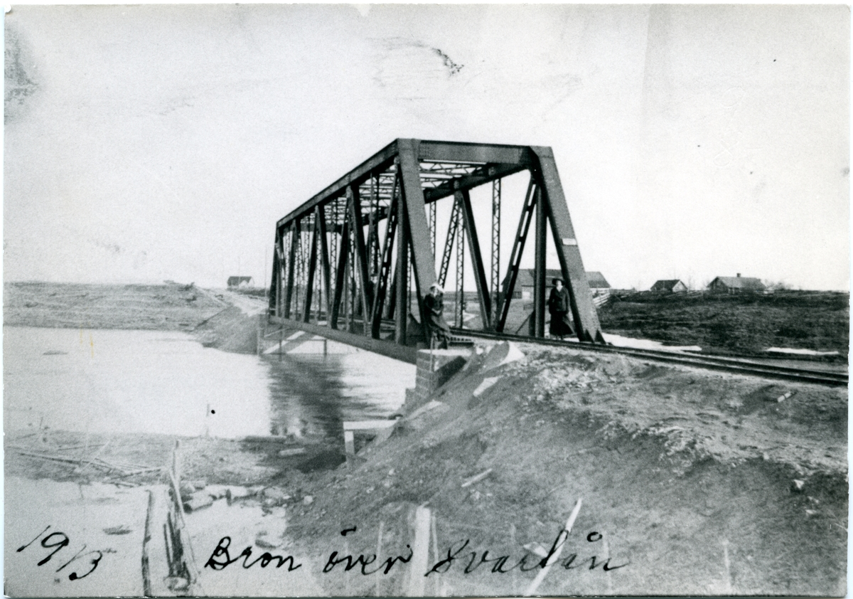Bron över Svartån i början av 1913. Till vänster om bron syns den nybyggda Brynstorps banvaktstuga.