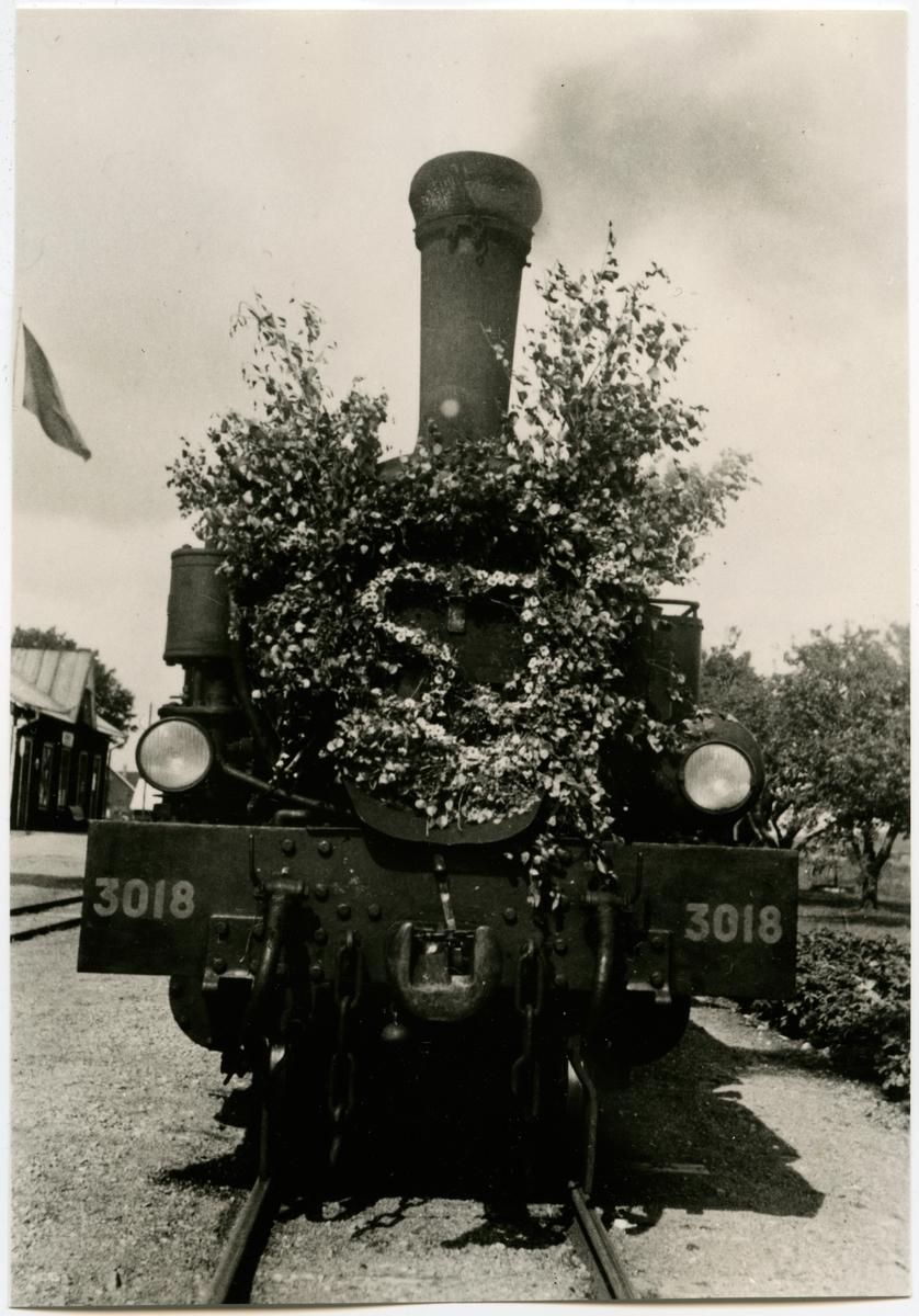 Statens Järnvägar, SJ S5p 3018 vid Vinberg station, en midsommardag, någon gång på 1940-talet.