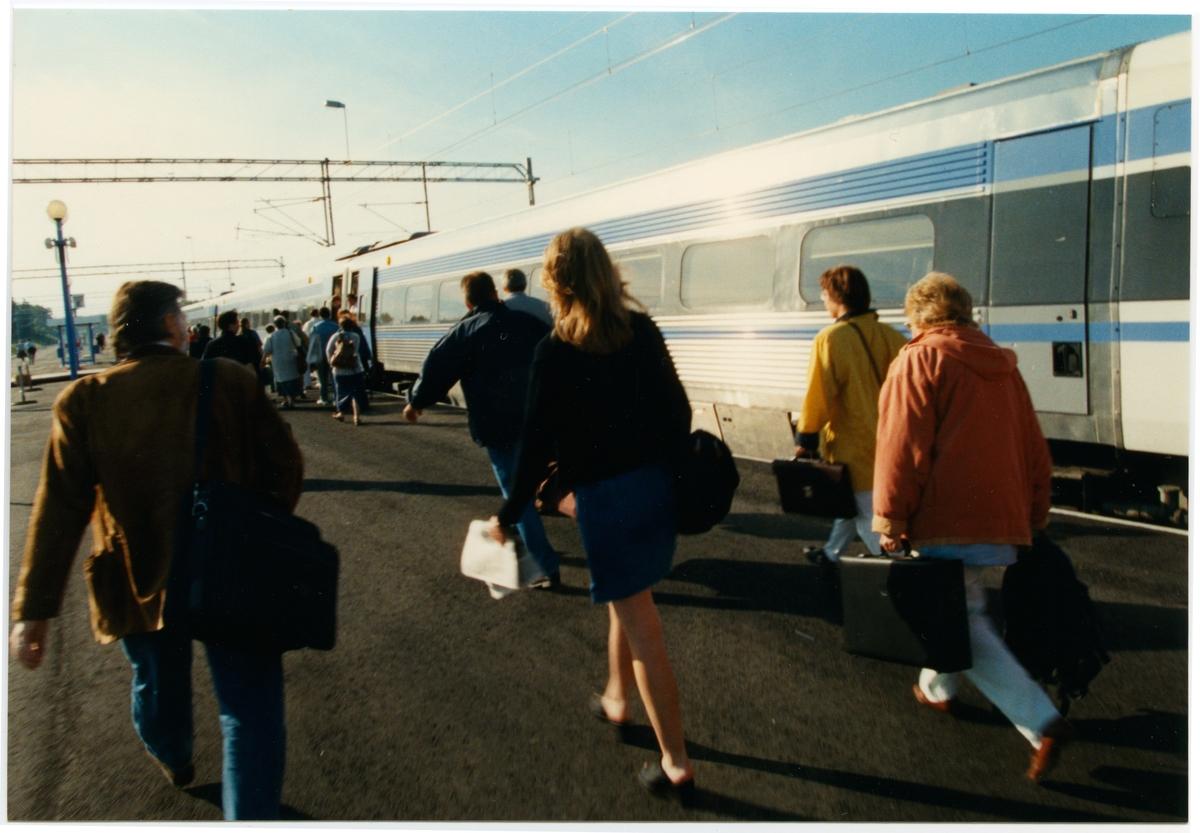 Söderhamns resecentrum. Statens Järnvägar, SJ X 2000.