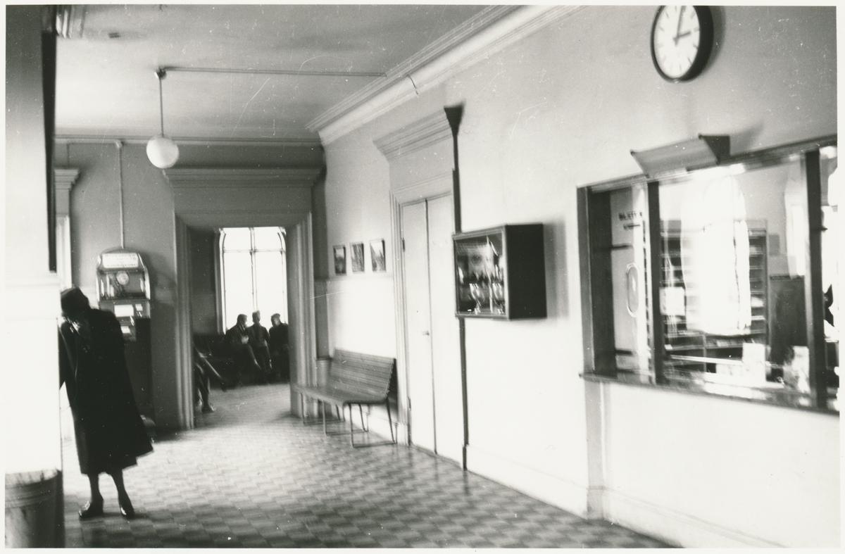 Resande på expeditionen och väntsalen  i stationshuset vid Visby järnvägsstation.