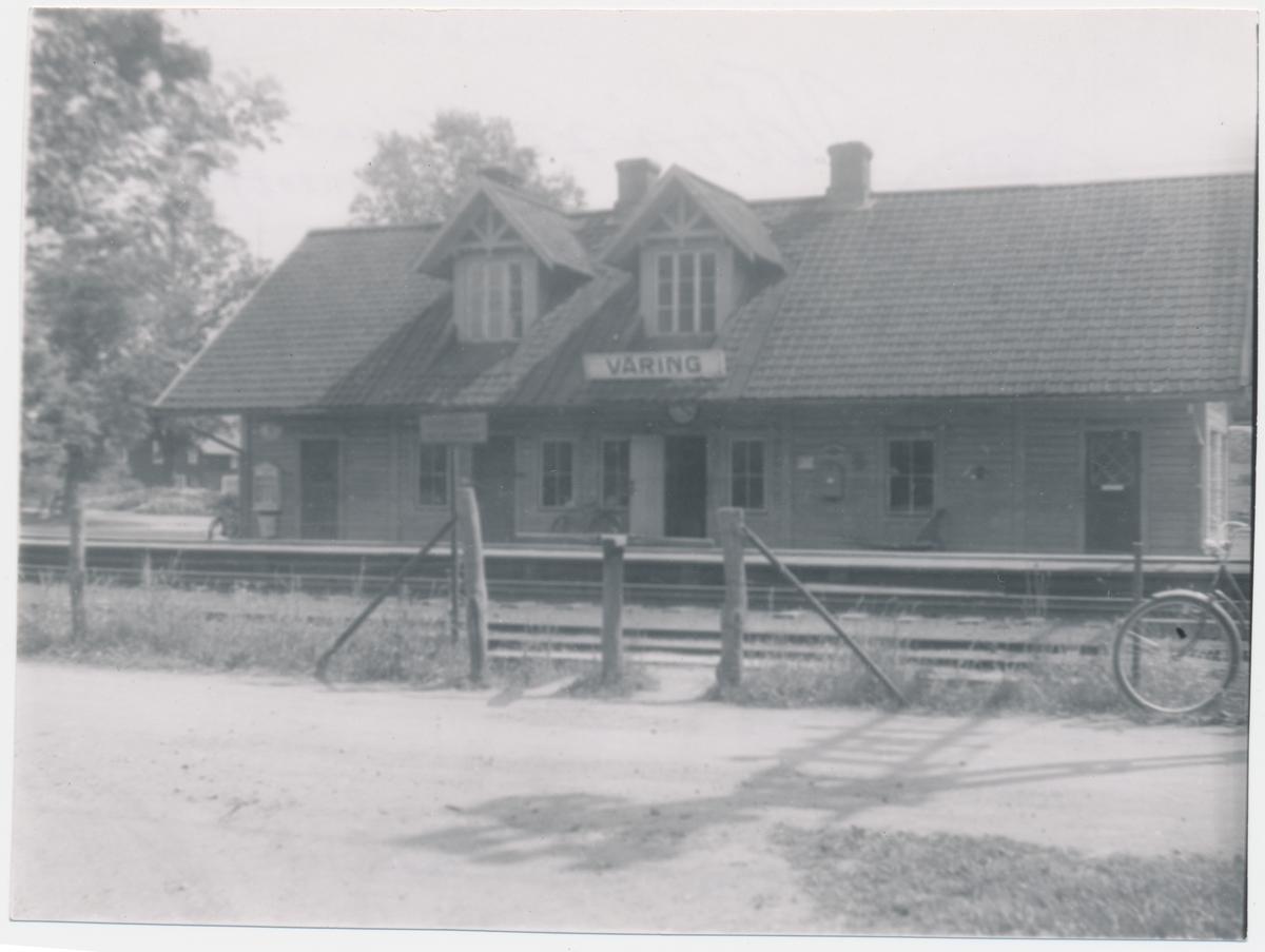 """Väring Gamla stationshuset.Stationshuset byggdes och banan öppnades 1859. Stationen har byggts till två gånger på 1890-talet. Ett nytt stationshus byggdes 1948 och då revs det gamla. Vid rivningen påträffades en anteckning på en takbjälke """" Johannes Andersson Gullspång, Skaraborgs län som skrev det året 1859.""""  Elektrifiering 1926 och dubbelspår 1951."""