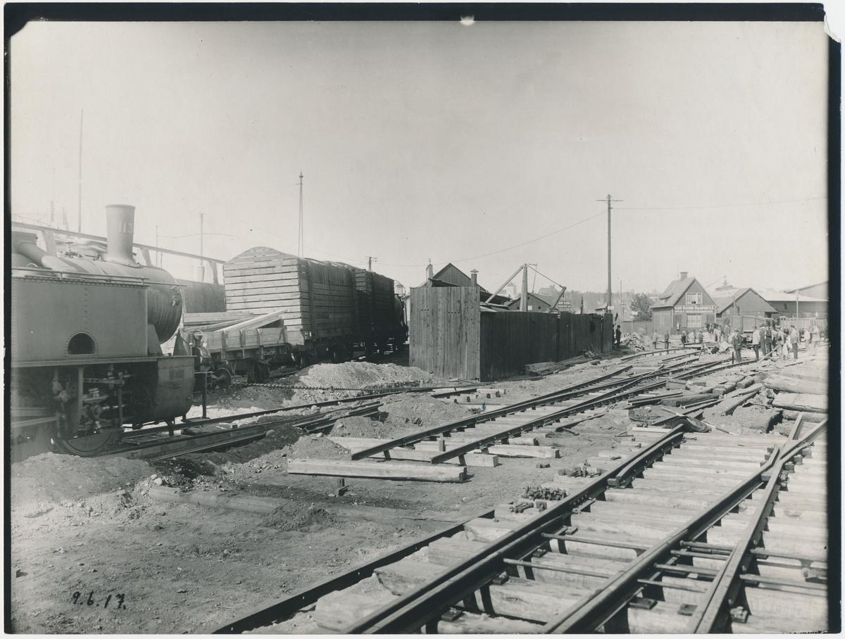 Värtan. Statens Järnvägar, SJ. Banan öppnades 1882.  Provelektrifiering genomfördes1905 men den lades ner. 1940 elektrifierades banan slutgitligt.