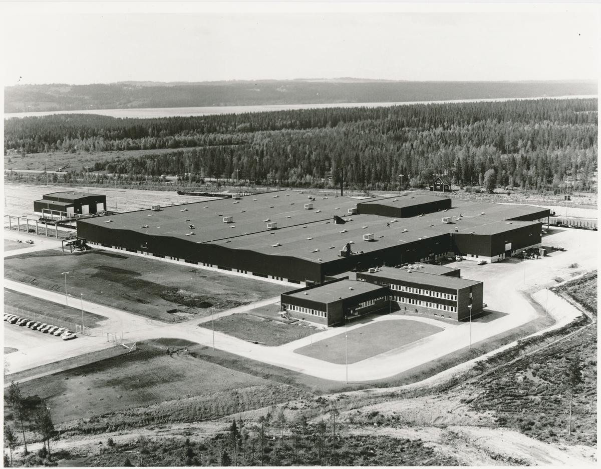 Huvudverkstaden Lugnvik på bilden var den ny byggd. 1975 byggde SJ en ny verkstad i Östersund, där reparationer av godsvagnar och lok skulle utföras.