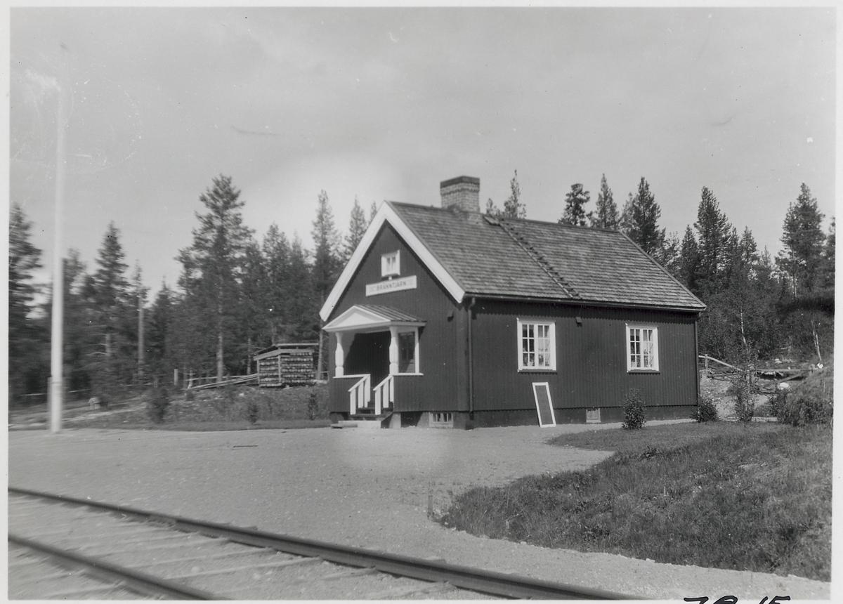 Bränntjärn station. Statens Järnvägar, SJ. Banan och hållplatsen öppnades 1928. Stationen lades ner 1966 men öppnades igen som ett sidospår 1968 och fram till 1983.