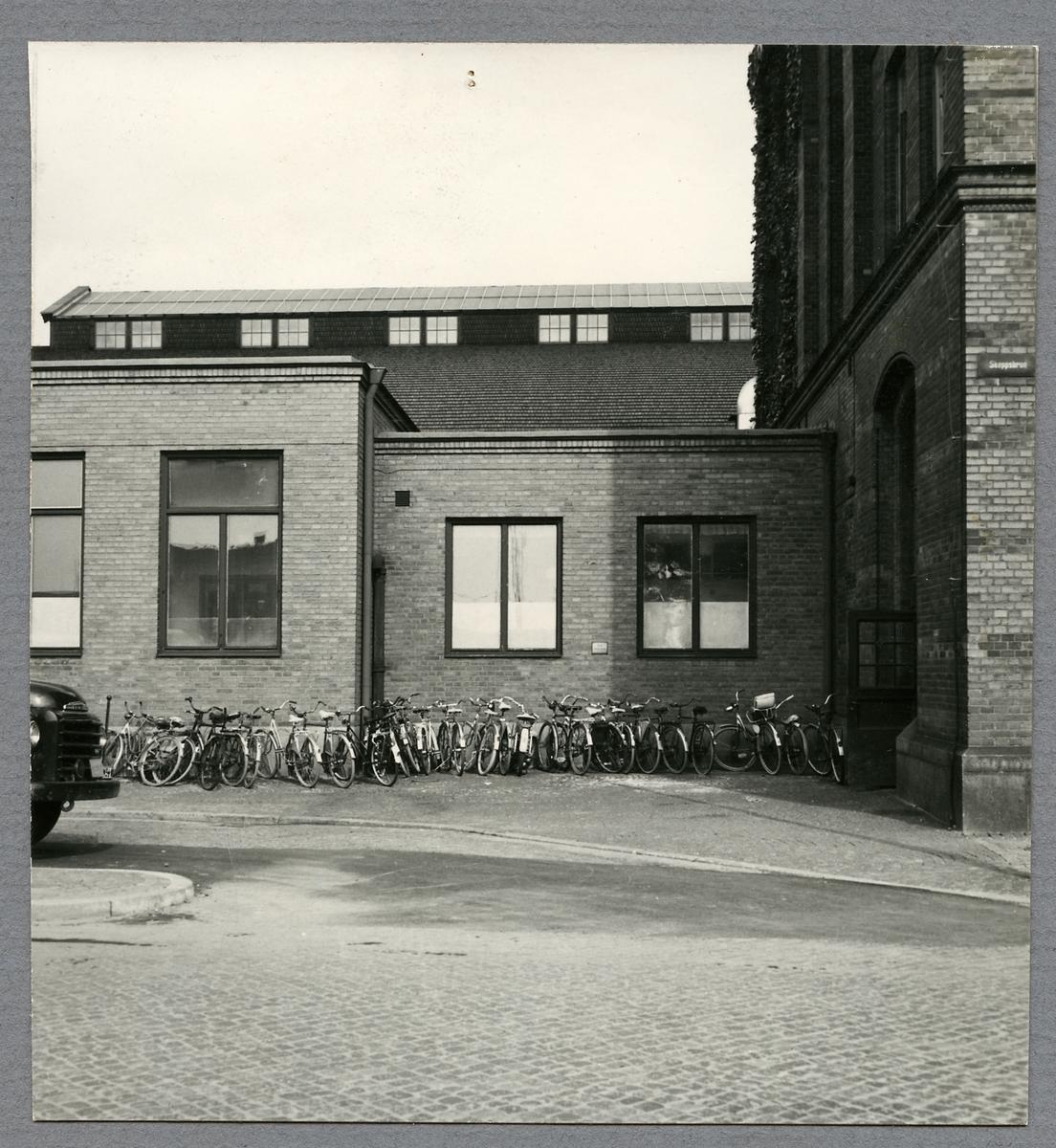 Cyklar utanför resgodsutlämningen vid Malmö Centralstation.