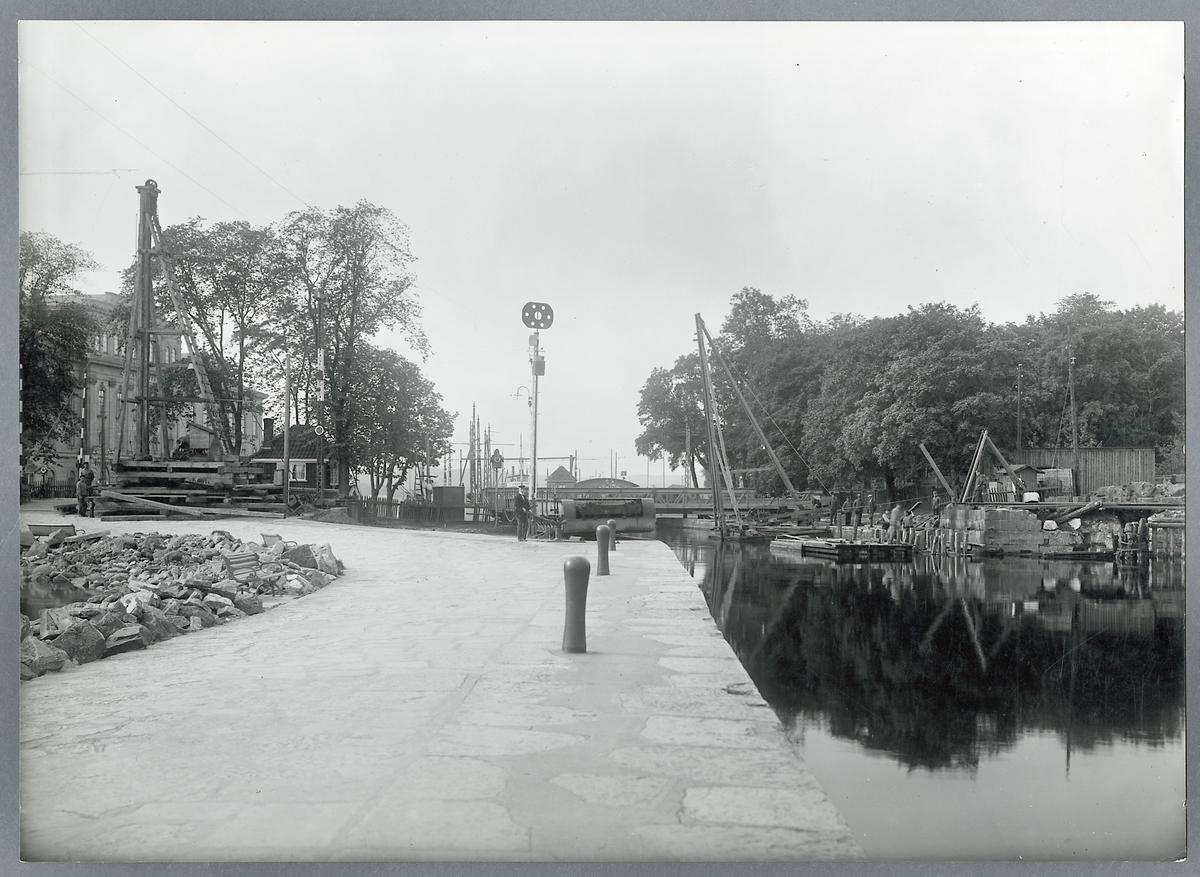 Svängbro över kanalen i Jönköping pålbock för den provisoriska bron.
