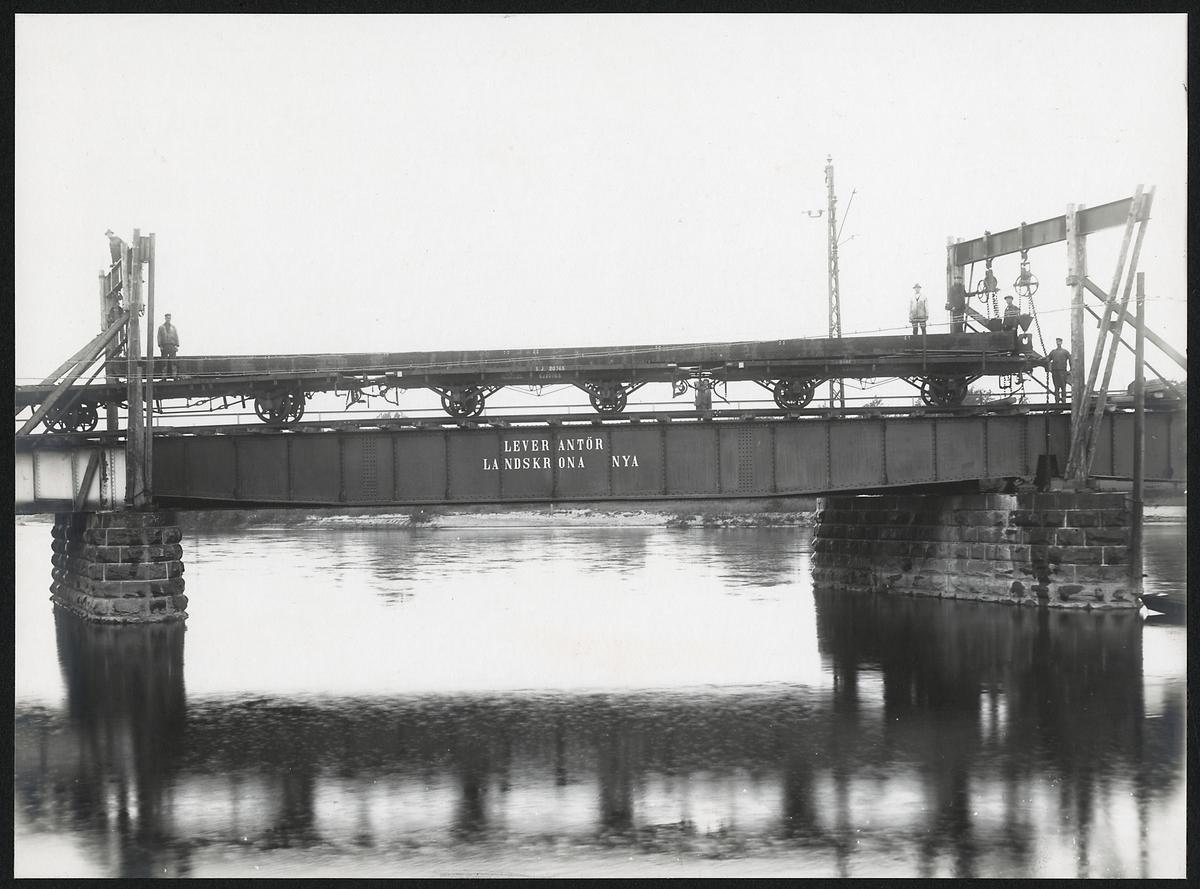 Utbyte av brospann på järnvägsbron över Klarälvens östra gren i Karlstad. Statens Järnvägar, SJ 20765, 20865 Godsvagn öppen.
