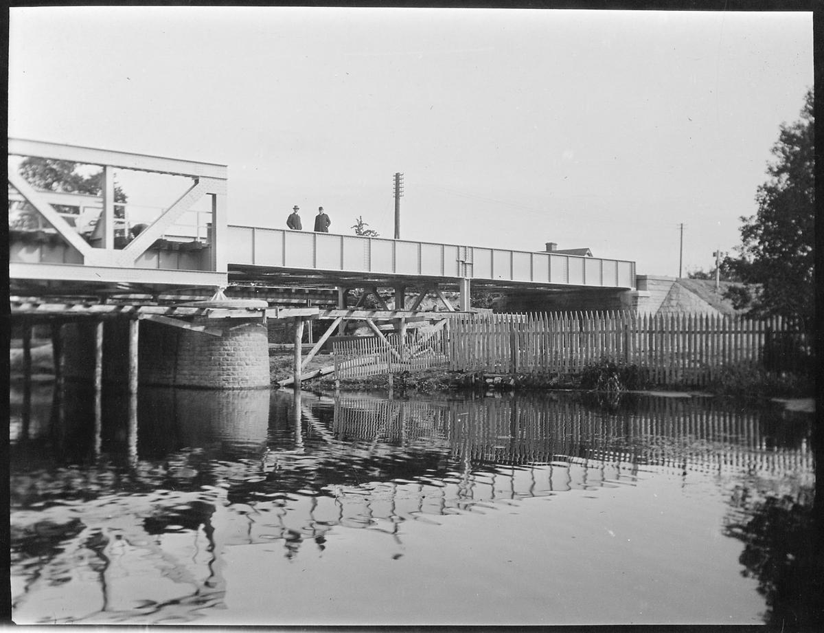 Personal på järnvägsbron över Stångån vid Linköping på linjen mellan Linköping och Vikingstad.