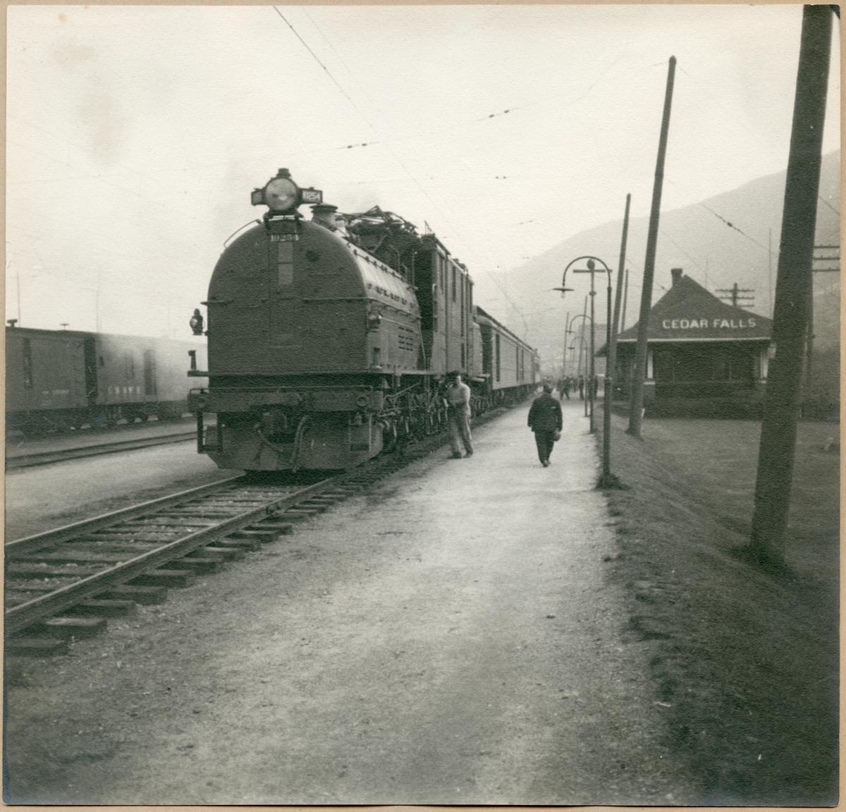 Lok med godsvagnar vid Cedar Falls station. Bild från Bantekniska kontorets studieresa i USA.