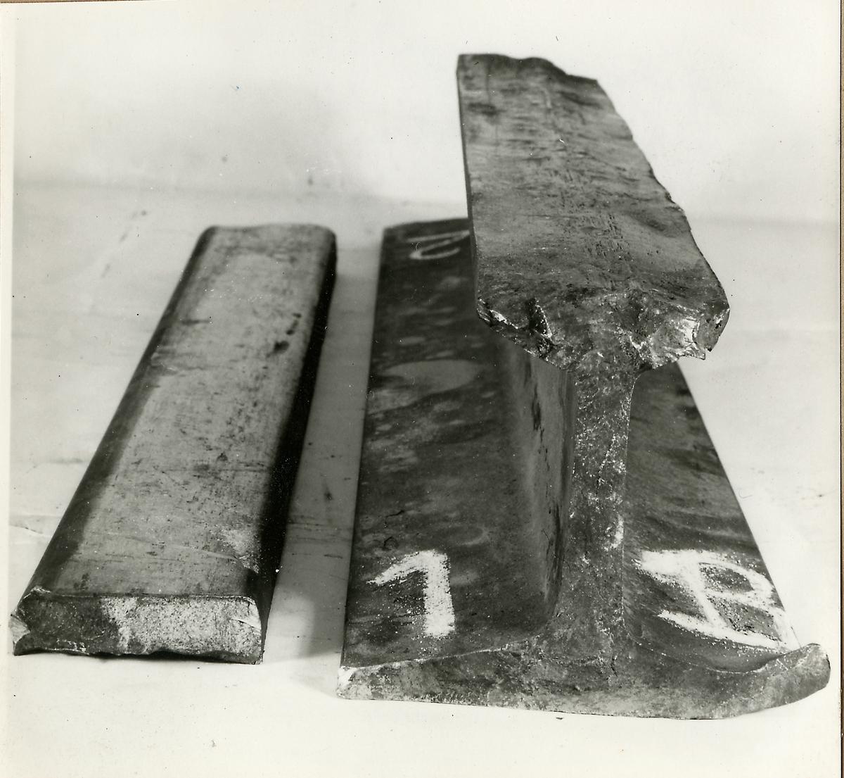 Delar av räl efter rälsbrott vid Getå den 30/5 1959.