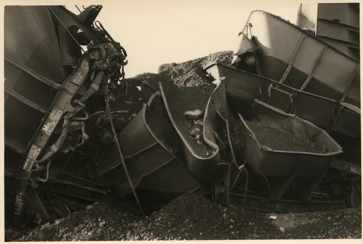 Godsvagnar med malm som har vält efter olycka i Nattavaara september 1953.