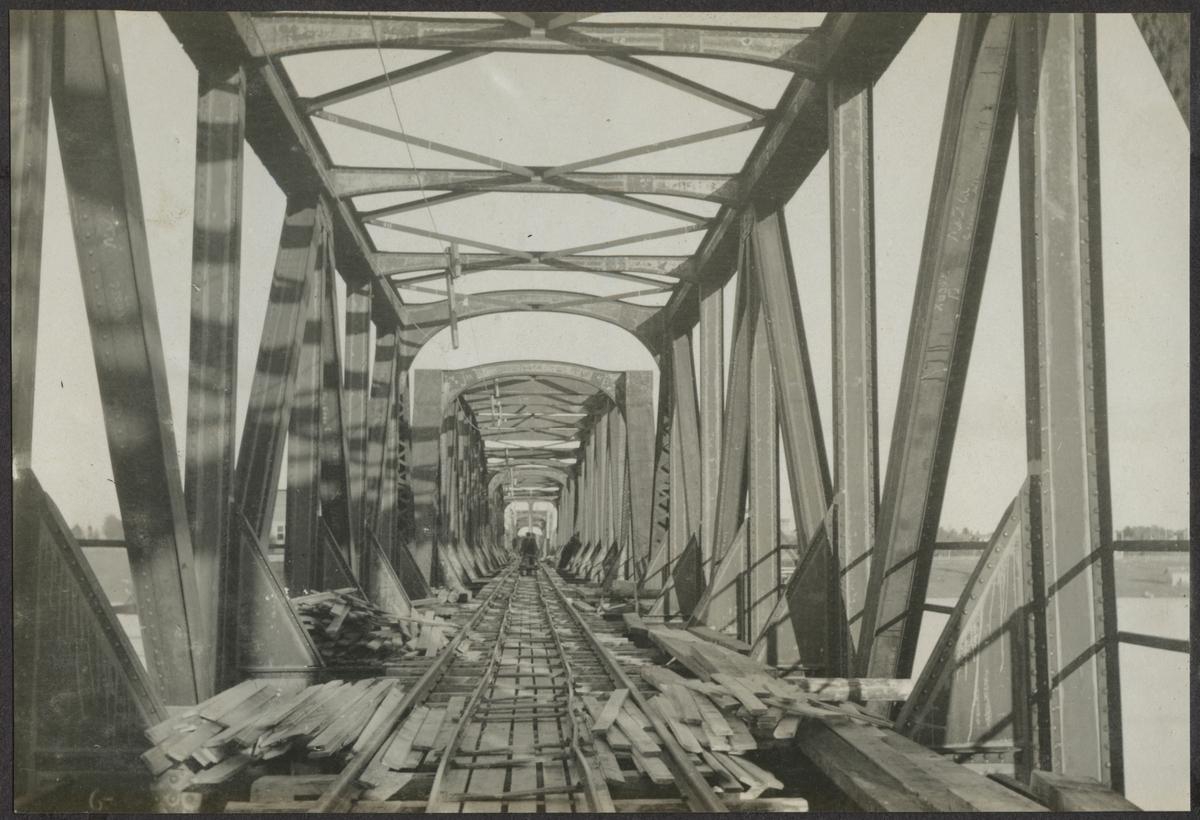 Brobyggnaden över Torne älv. Banan och bron över gränsen byggdes 1919.