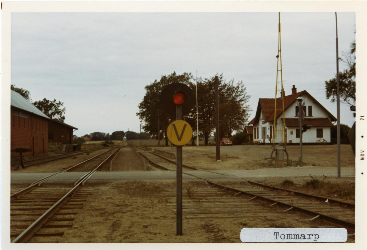 Tommarp station 1971. Simrishamn - Tomelilla Järnväg, CTJ. Stationen öppnades 1886. Den första stationen byggdes 1907 och den andra och nuvarande byggdes 1913. Blev hållplats ca 1966. Stationen är nu privatägd. Gick till Statens Järnvägar, SJ 1943. Banan elektrifierades 1996.