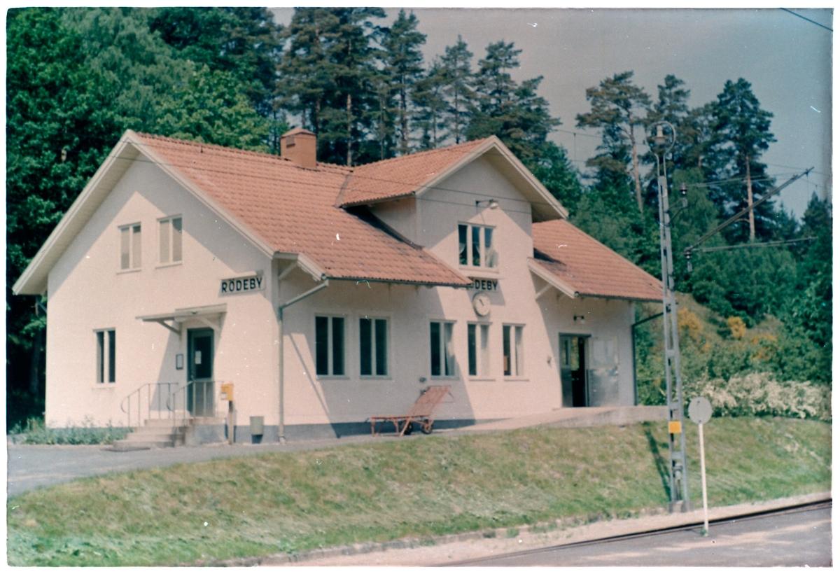 Station anlagd 1874. En- och enhalvvånings putsat stationshus.