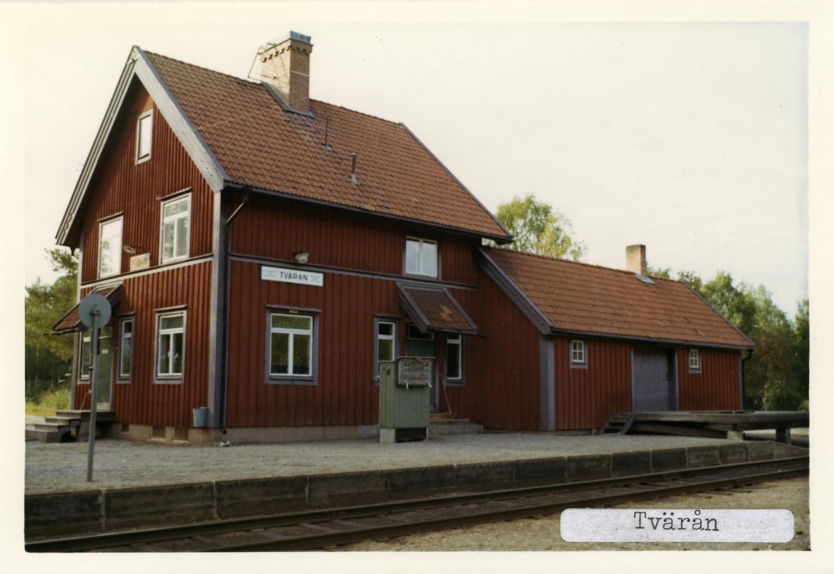 Hållplats öppnad 1915. Tvåvånings stationshus i trä, sammanbyggt med godsmagasinet